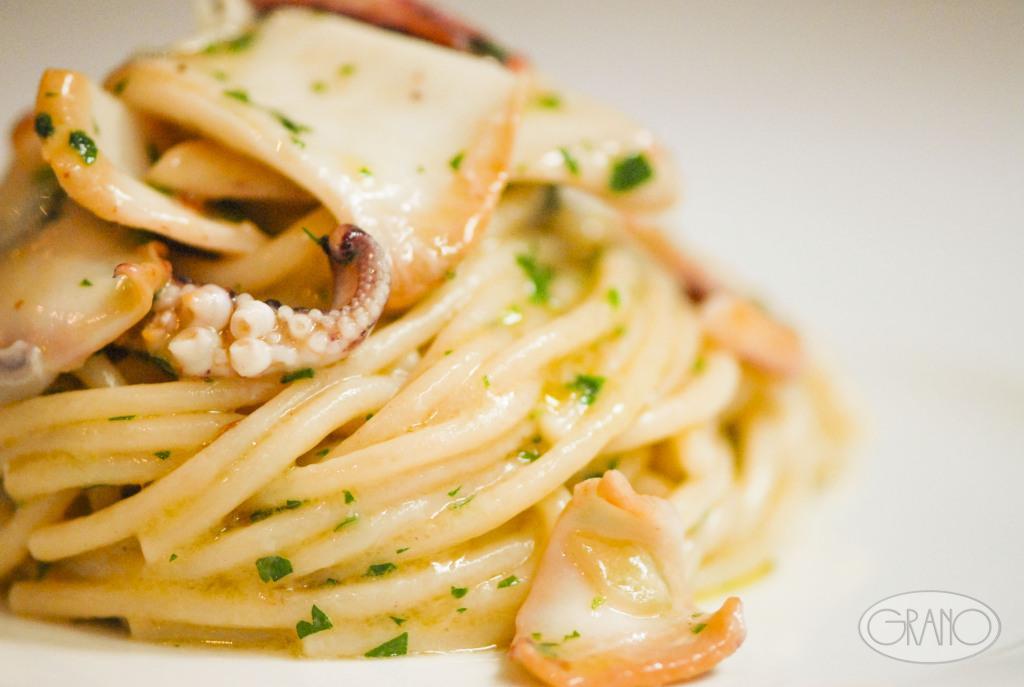 spaghettoni verrigni con aglio, olio, peperoncino e calamari